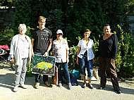 Účastníci nedělního kurzu malování a kreslení v plenéru v botanické zahradě s ak. mal. Lukášem Bradáčkem