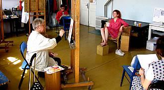 Kresba / malba podle modelu - oblečená postava nebo akt - 1x za semestr je v ceně kurzu. Portréty a figurální obrazy samozřejmě jinak malujete i s použitím fotografií. I tak se hodně můžeme naučit. Teoretická část k figuře a portrétu se samozřejmě probírá také.